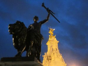 Statue outside Buckingham Palace